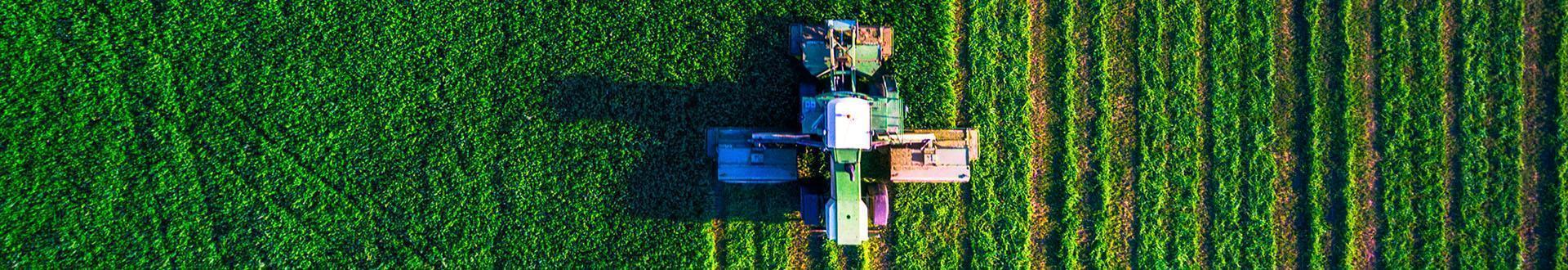 pracująca maszyna rolnicza